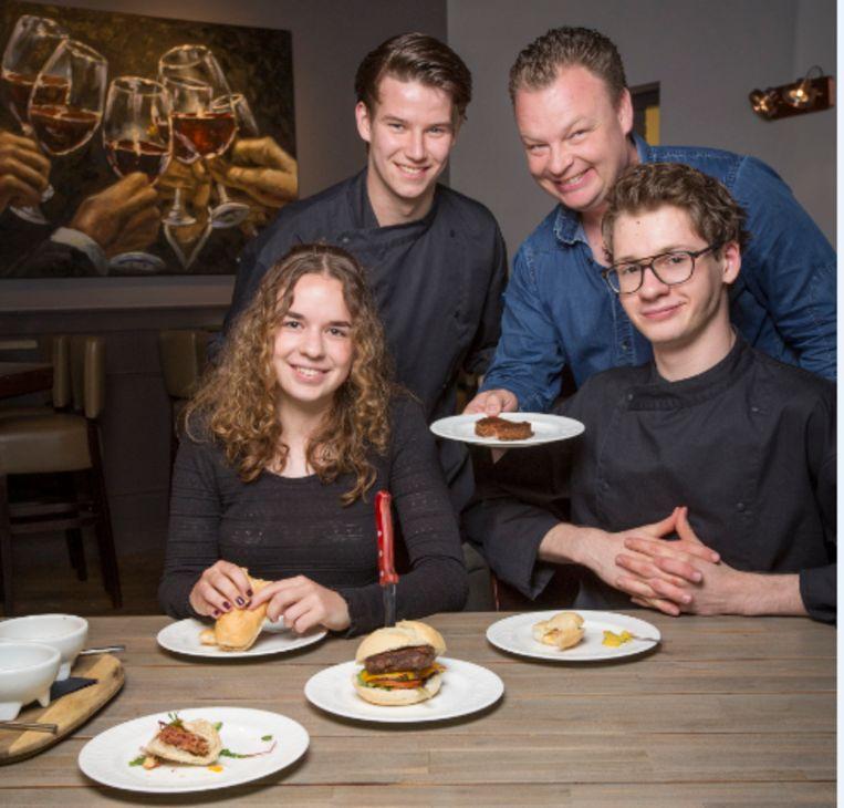 Serveerster Tirza van den Eijnde, kok Mark Groenendijk (aan tafel), keukenhulp Dylan Verbeek en baas Maurice van Wijk. Beeld Jörgen Caris