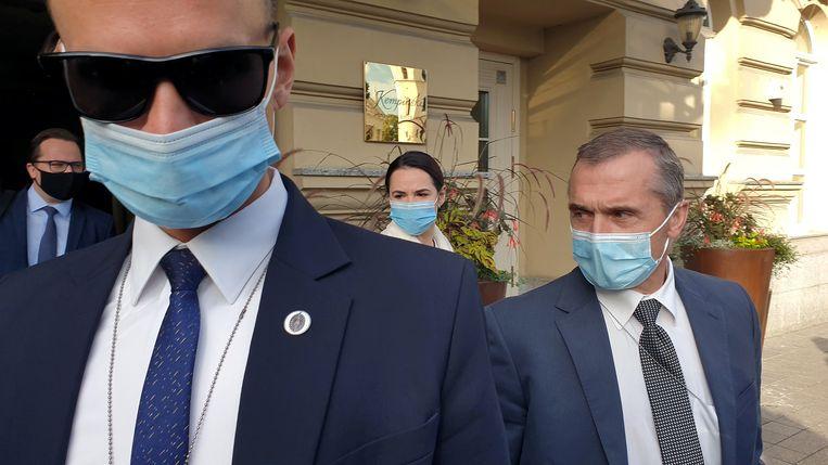 De Belarussische oppositieleider Svetlana Tichanovskaja (midden), woensdag na haar overleg met de Franse president Emmanuel Macron in de Litouwse hoofdstad Vilnius. Beeld Reuters