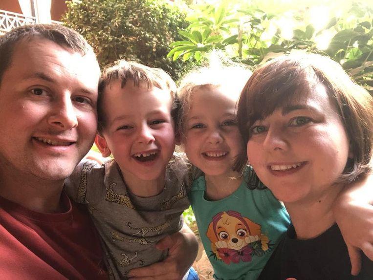 Tim en zijn vrouw Annelies De Cauwer met de kindjes Stan en Lena tijdens hun verblijf in het 'coronahotel' op Tenerife.