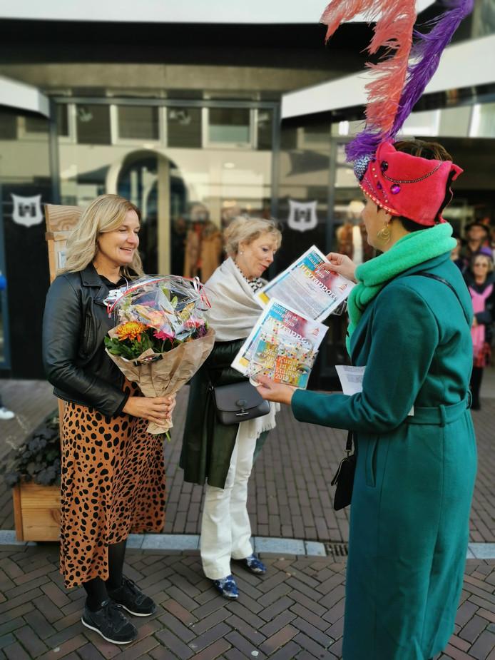 Andrea Kasteel en Frederike Terhaar krijgen de prijs uit handen van Hedwig de Bruijn, voorzitter Kunst in de Etalage.