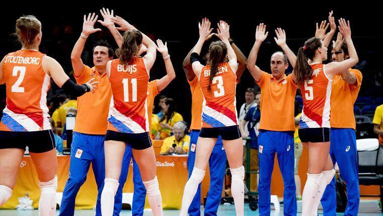 Volleybalsters geven high fives aan de coaches Beeld ANP