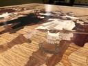 Alles in De Nachtwacht op het tafelblad bestaat uit hout. Verf komt er niet aan te pas.