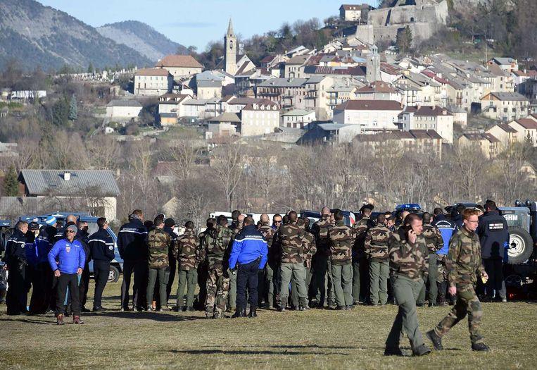 Leden van de Franse gendarmerie maken zich op om naar de rampplek te gaan Beeld null