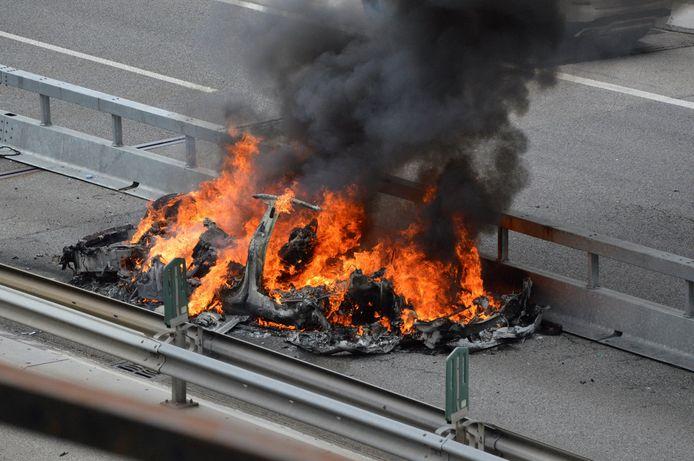 Autoriteiten breken zich regelmatig het hoofd over Tesla's die tijdens of na een ongeval in brand vliegen. Op de foto een Tesla die bij een ongeval in brand is gevlogen op de Zwitserse snelweg A2 bij Bellinzona op 10 mei van dit jaar