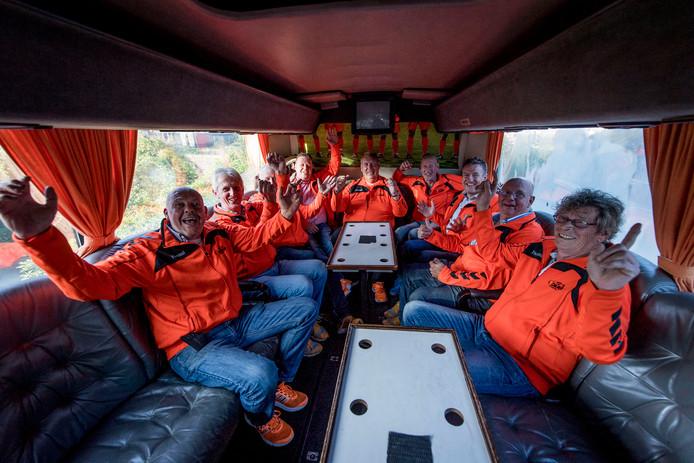 De Heeren van Oranje in betere tijden in hun bekende bus, voorafgaand aan de reis naar het EK in Frankrijk.