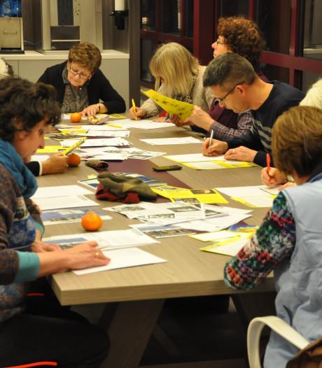 Betrokken burgers schrijven brieven voor Amnesty International in bibliotheek Helmond