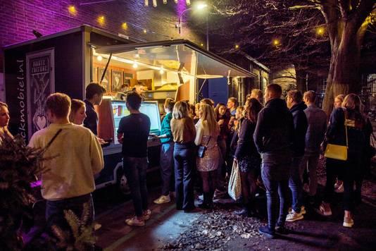 """Kerstsferen bij de frituurkraam: feestje in Tilburg.  ,,We kregen vorig jaar duizenden reacties"""", zegt organisator Lennard Groenenboom."""