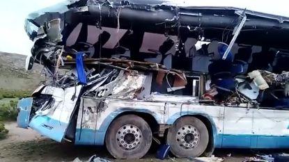 VIDEO. Twee bussen botsen frontaal op elkaar in Bolivia: zeker 22 doden en enorme ravage