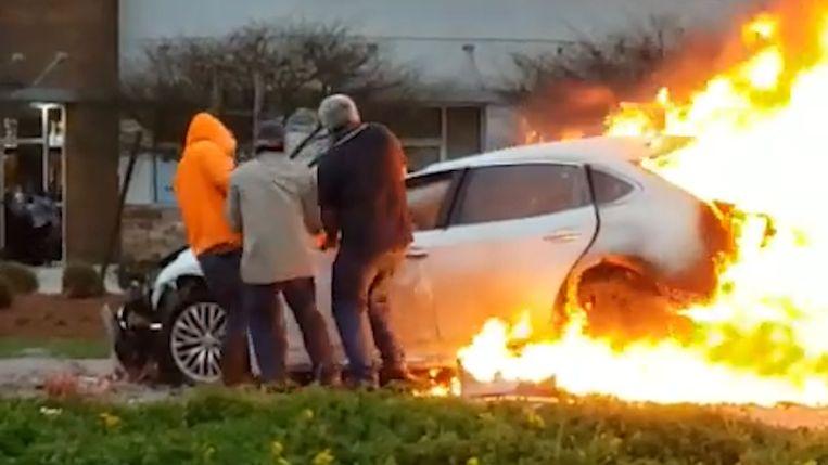 Omstaanders redden vrouw uit brandend voertuig