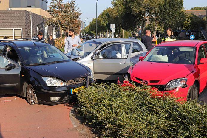 In Waalwijk kwamen zaterdag drie auto's met elkaar in botsing.