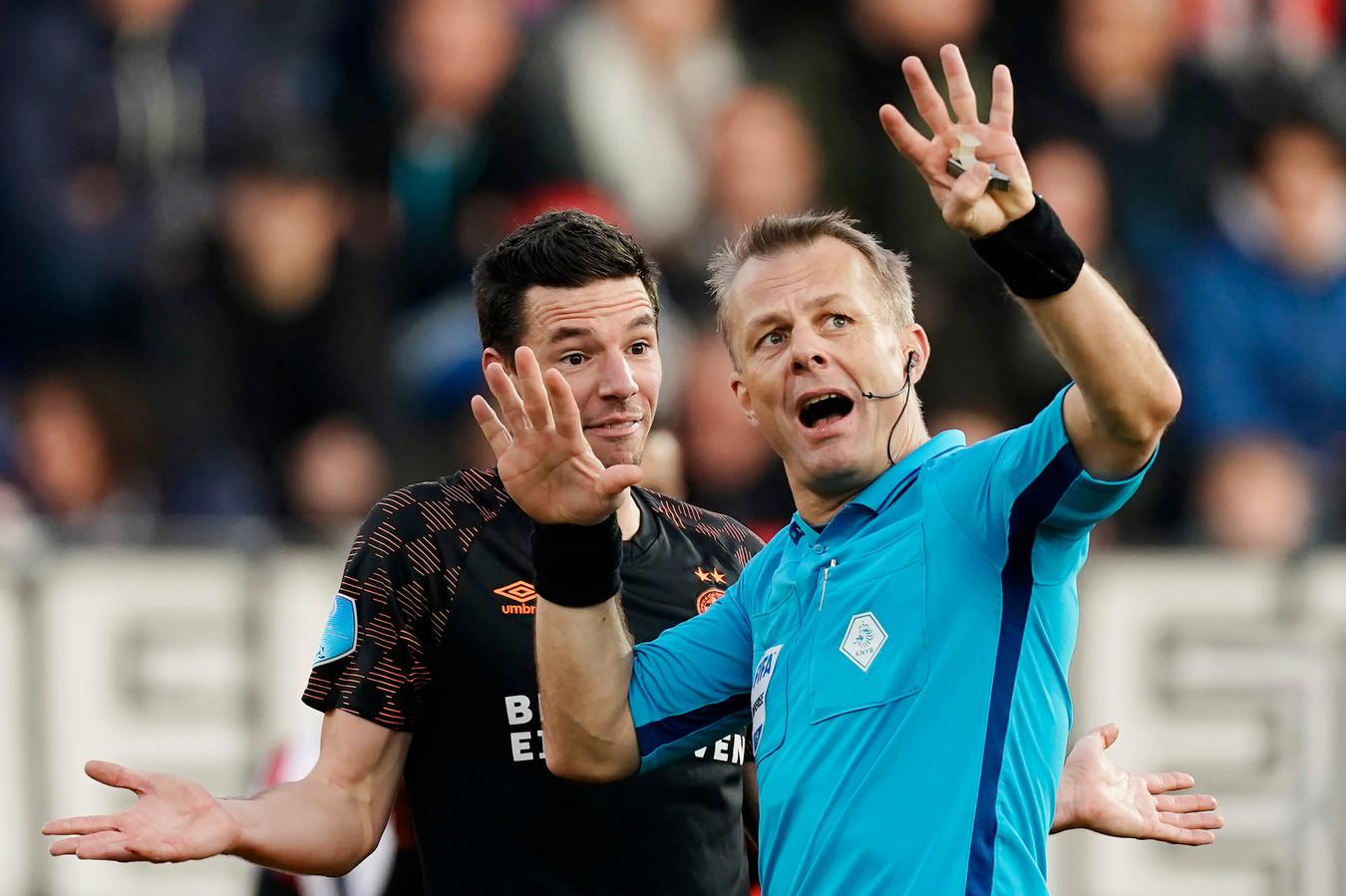 Scheidsrechter Björn Kuipers probeert iets uit te leggen aan PSV'er Nick Viergever.