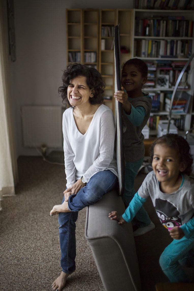 Sheila Sitalsing met haar kinderen. Beeld Julius Schrank / de Volkskrant