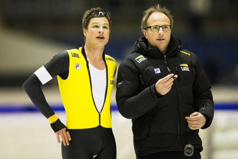 Sven Kramer kijkt met coach Jac Orie op de klok na zijn 5000 meter tijdens de selectiewedstrijden voor de WK Afstanden. Beeld anp