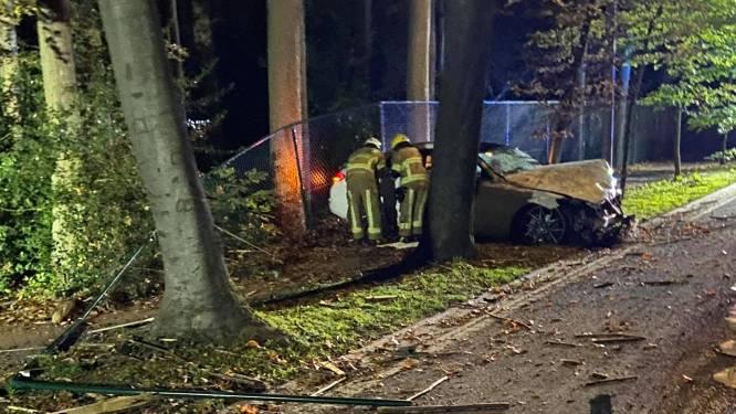 Beschonken veertiger rijdt met hoge snelheid tegen verkeerseiland en eindigt tegen boom