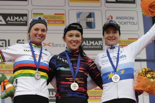 Katarzyna Niewiadoma won dit jaar de Trofeo Alfredo Binda, voor wereldkampioene Chantal Blaak en Marianne Vos.