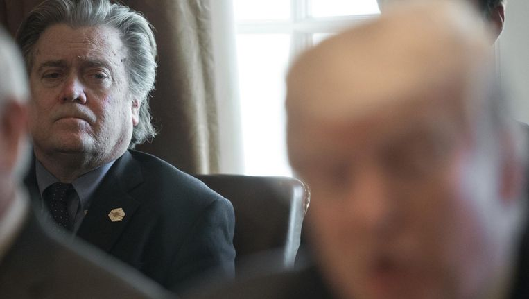 Steve Bannon luistert naar Donald Trump tijdens een persconferentie in maart 2017. Beeld afp