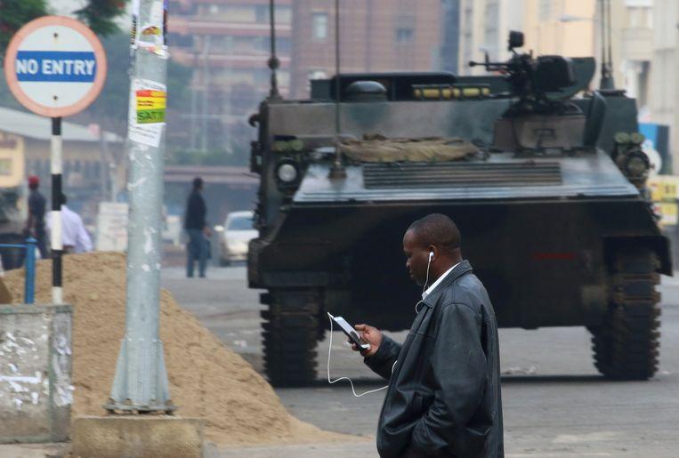 Een pantserwagen in een straat in de hoofdstad Harare. Beeld reuters