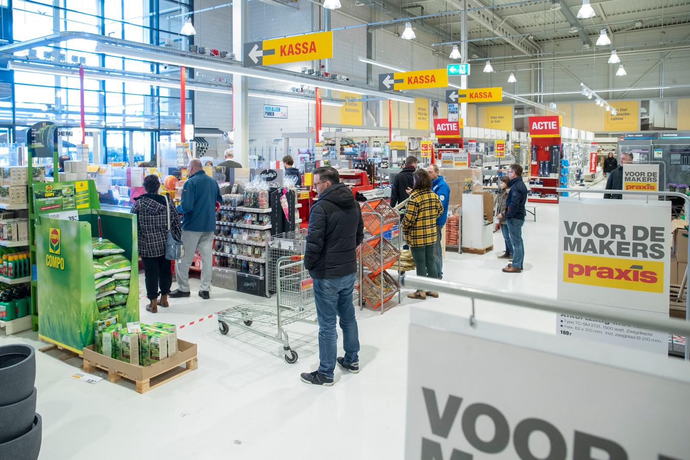 Drukte bij de bouwmarkten. foto: Herman Stöver t.b.v. de Gelderlander DGFOTO de Vallei