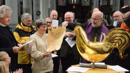 Sint-Egidiuskerk krijgt zijn torenhaan terug, pastoor steekt tijdscapsule in koperen bol