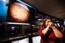 Na minutenlang de adem ingehouden te hebben, zagen de NASA-mensen de eerste beelden van InSight.