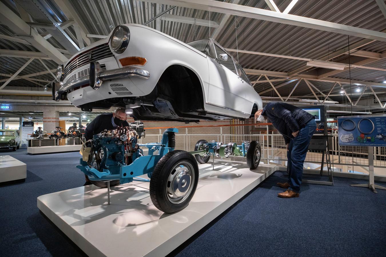 Eindhoven - Het DAF Museum is weer open. Links Jan van Manen rechts en Ron Terlage