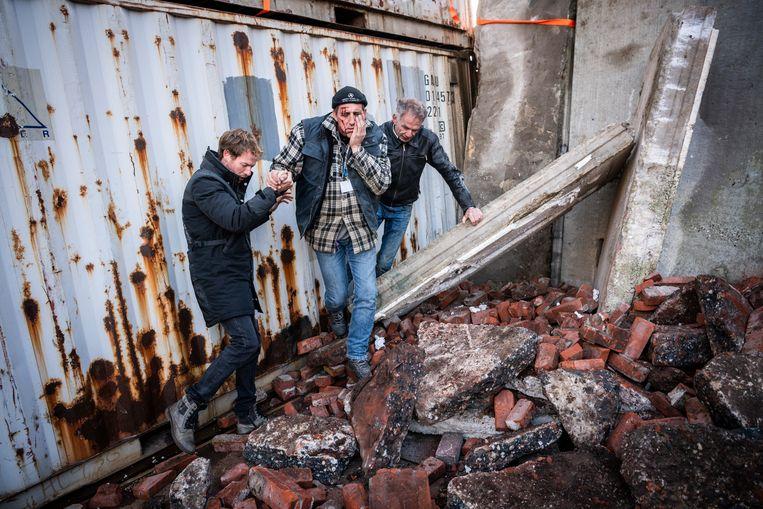 'Gewonden' bij de 'ingestorte kerk', tijdens de aardbevingsoefening in Zuidwolde. Beeld © Kees van de Veen