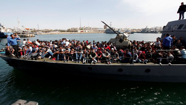 De Libische kustwacht brengt de onderschepte migranten terug naar Tripoli. Beeld reuters