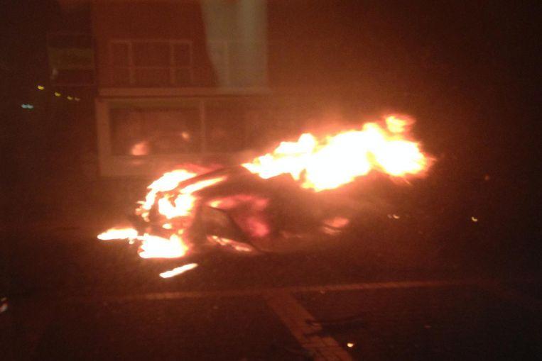 De brandende wagen in de Oorlogsinvalidenlaan.