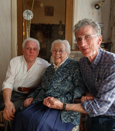 Na twintig jaar zoeken zijn de families van 'man op de dijk' en de piloot die hem er bijna van af vloog herenigd in Zevenbergen