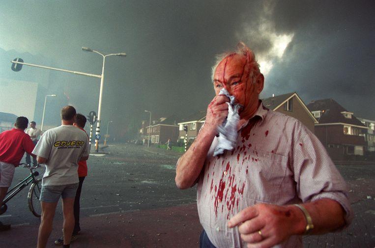 Meneer Bruins op de Deurningerstraat tijdens de ontploffingen. Beeld