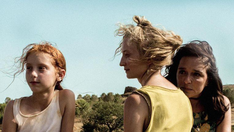 Vittoria (Sara Casu), haar biologische moeder Angelica (Alba Rohrwacher) en pleegmoeder Tina (Valeria Golino) zijn dicht op de huid gefilmd Beeld Screenshot