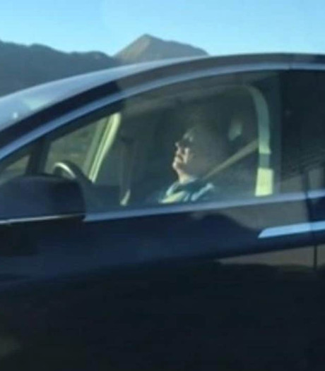Opnieuw gefilmd: slapend achter het stuur met Tesla's Autopilot