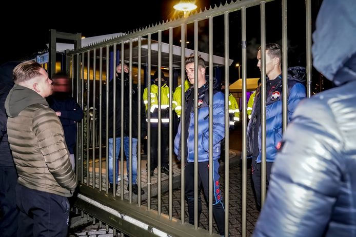 Jordens Peters staat met Freek Heerkens supporters te woord bij de poort van het stadion van Willem II.