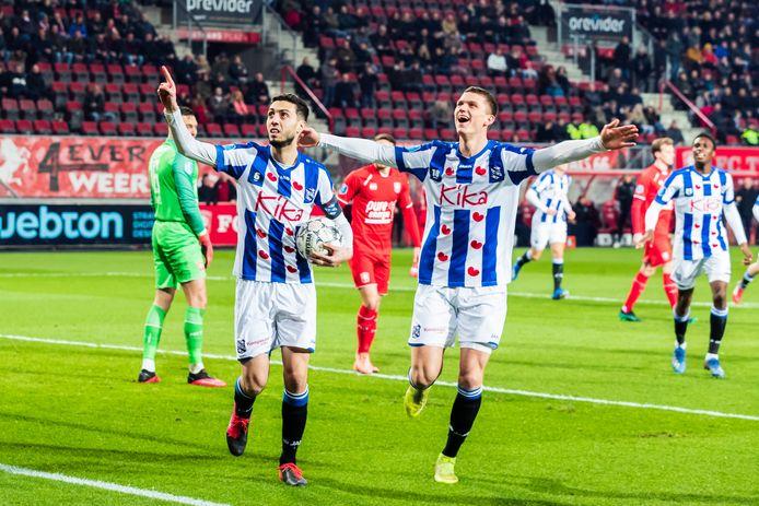 Hicham Faik (links) zet sc Heerenveen al na vier minuten op voorsprong.