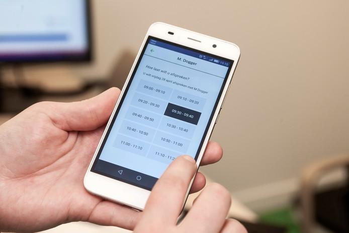 De huisartsenpost bij het Deventer Ziekenhuis staat nu ook in de app Dokter Dichtbij. Je kunt er een verzoek indienen om te worden teruggebeld; een derde van de mensen die met de huisartsenpost belt, kiest er ook voor te worden teruggebeld in plaats van te blijven wachten.