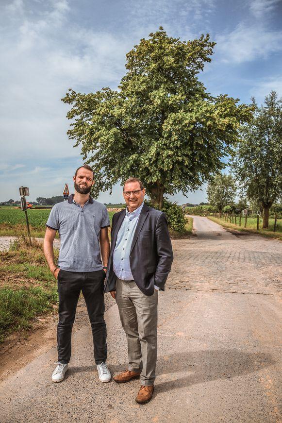 Stadsarchivaris Stijn Lybeert en cultuurschepen Stefaan Vercamer bij de Sint-Hilariuslinde in Mullem