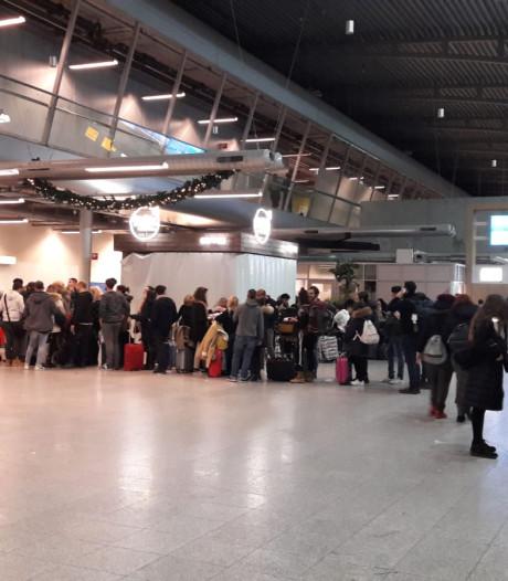 900 reizigers gestrand op Eindhoven Airport, Rode Kruis zet 500 bedden neer