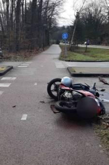 Doorrijder in Mercedes gezocht na ongeluk waarbij brommerrijder gewond raakte in Veenendaal