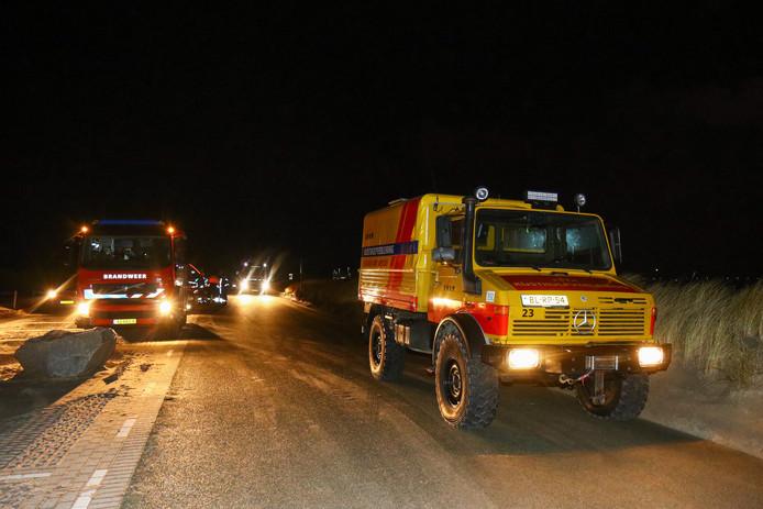 De brandweer en Reddingsmaatschappij bij het strand, waar werd gezocht naar nog meer brokstukken na de vondst van een stuk aluminium eerder op de Maasvlakte.