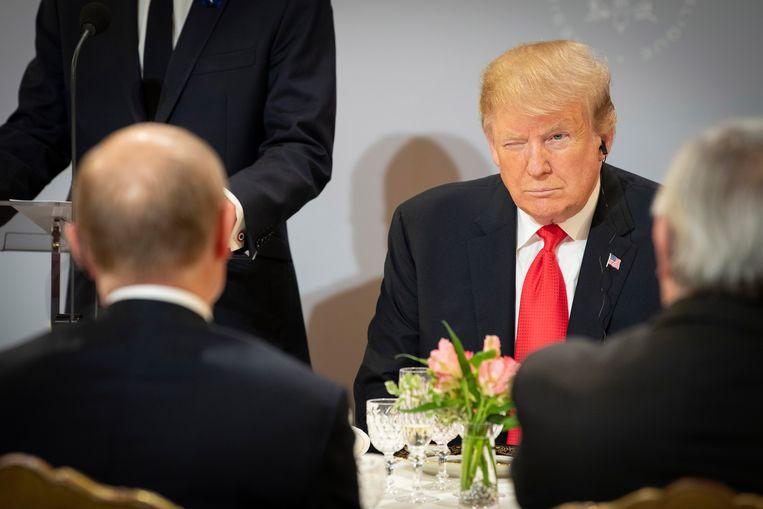 Vladimir Poetin (met zijn rug naar de camera) en Donald Trump ontmoetten elkaar eerder deze maand tijdens de herdenking van het einde van de Eerste Wereldoorlog in Parijs.  Beeld Getty Images