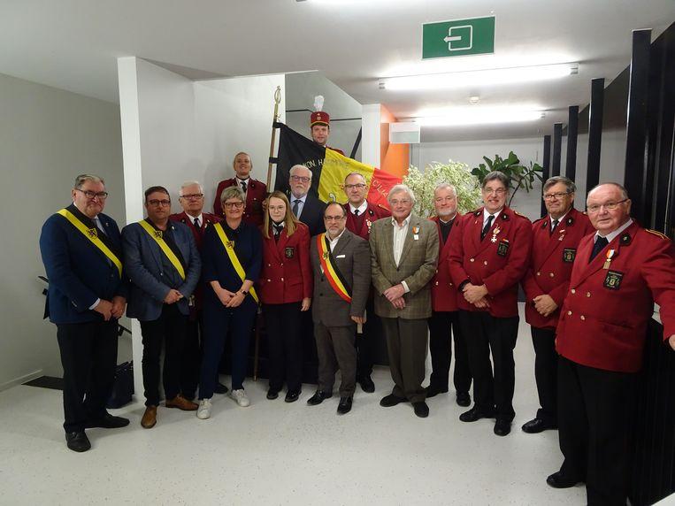 De trouwe muzikanten met een delegatie van het stadsbestuur