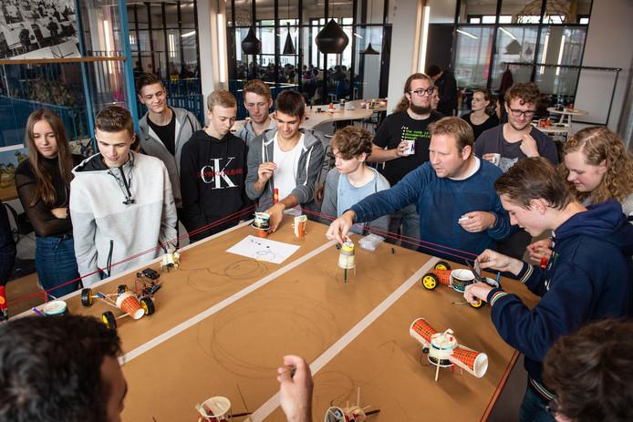 Robot bouwen van koffiebekers was donderdag één van de programma-onderdelen.