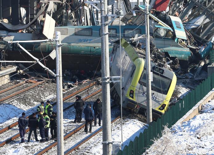 De trein raakte een andere trein en boorde zich in een voetgangersbrug.