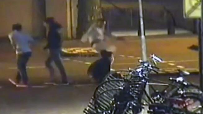 De mishandeling werd gefilmd door een beveiligingscamera.