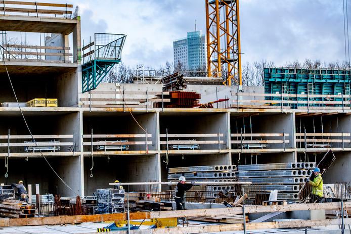 Gezinnen met een laag inkomen zitten vaker vast door de relatief hoge woningprijzen in Rotterdam.