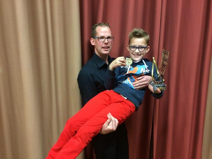 Melvin den Otter (9) en zijn begeleider Rico.
