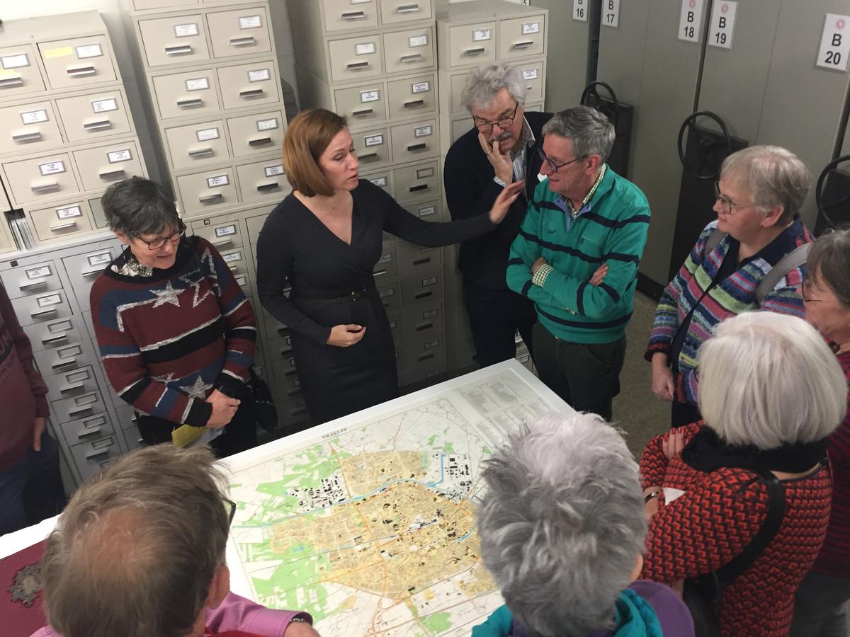 Astrid de Beer (2e van links) geeft uitleg over de Russische kaart van Tilburg tijdens de viering van het 50 jarig bestaan van Heemkundekring Tilborch