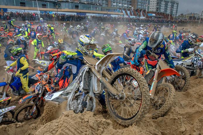 Uitgeputte deelnemers bleven traditiegetrouw steken in het rulle zand op het strand van Scheveningen, wat leidde tot chaotische taferelen tijdens de Red Bull Knock Out.