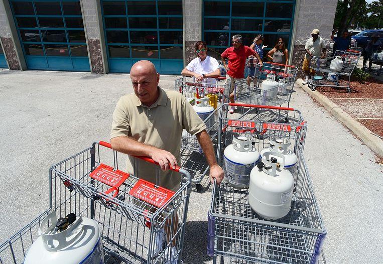 Inwoners van Orlando slaan gas in bij een supermarkt.  Beeld AFP