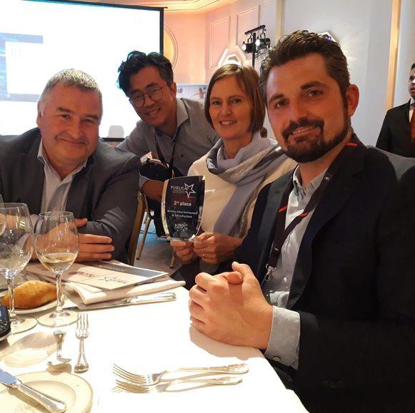Schepen van Overmeire (N-VA) met het Utopia-team op de prijsuitreiking.